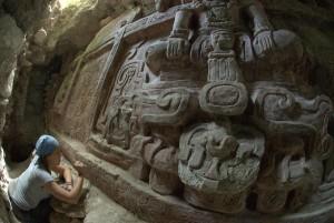 La arqueóloga Anya Shetler limpiando la insccrición del friso de Holmul en el momento de su descubrimiento (F. Estrada-Belli/©Proyecto Arqueológico Holmul)