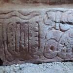 Detalle del nombre del gobernante de Naranjo Ajwosaj en la inscripción dedicatoria del friso de Holmul (F. Estrada-Belli/©Proyecto Arqueológico Holmul)
