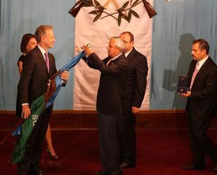 El presidente Otto Pérez condecoró a la asociación National Geographic con la Orden del Quetzal. Foto EFE/s21
