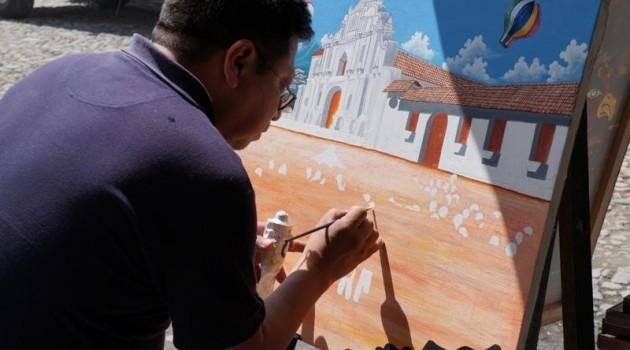 Artesano, elaborando uno de sus cuadros.