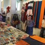 Mujeres y hombres artesanos exponenen productos artesanales a visitantes del Palacio Nacional de la Cultura