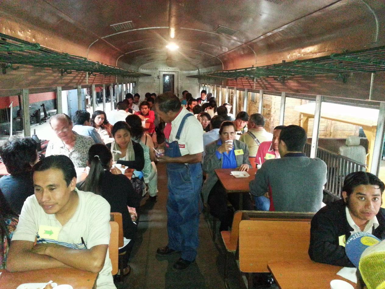 Maestros y directores, compartiendo en un vagón de tren en el Museo del Ferrocarril.
