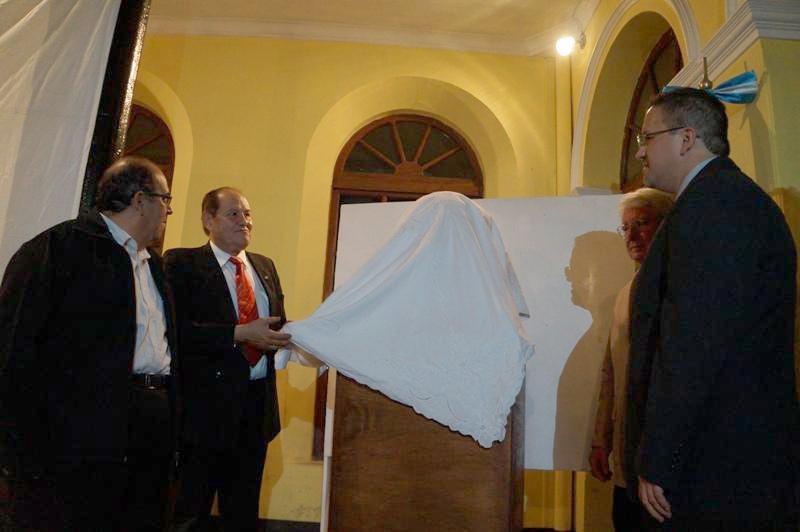 Director del Museo Nacional de Historia acompañado del escultor e invitados