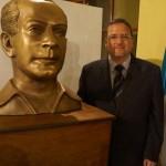 Leopoldo Barrientos junto a su obra.