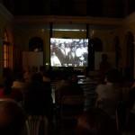 Público asistente durante la proyección del documental de Jacobo Arbenz.