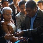 El alcalde de San Pedro Sacatepéquez entrega parte de la cinta inaugural al Supervisor de las Academias Comunitarias de Arte.