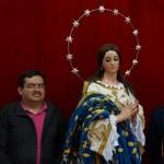 la Inmaculada Concepción acompañada por integrantes del equipo restaurador y el encargado de la cofradía.