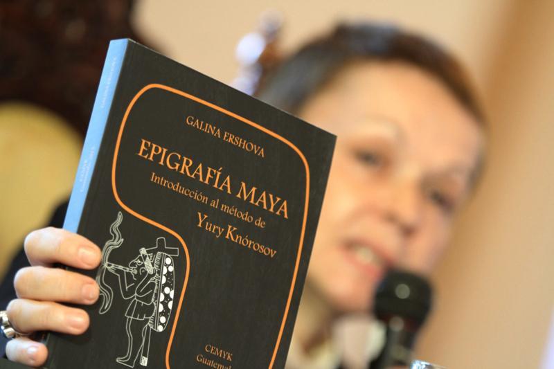 """Dra. Ershova presentando su libro """"Introducción al método Yuri Knórosov""""."""