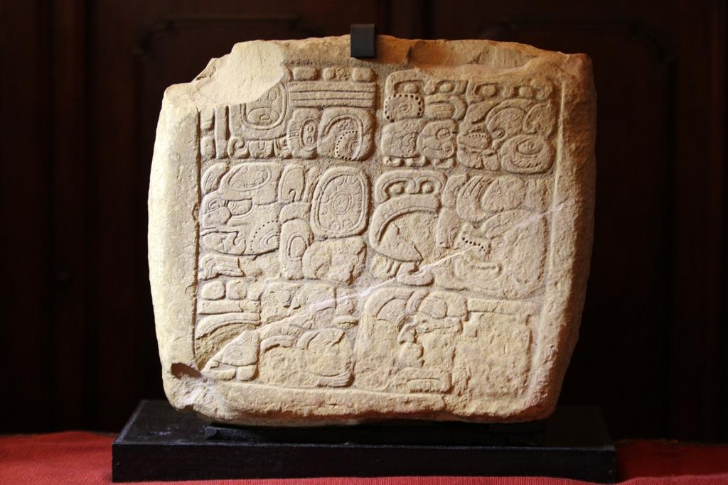 La pieza Arqueologica es un panel tallado en piedra caliza del perido clásico (250-900 d.c.)