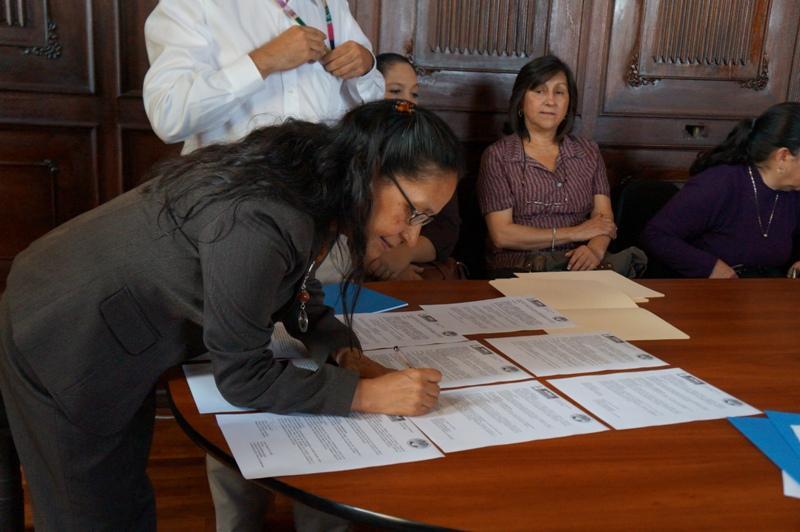 Lucía Armas en el momento de firmar la carta.