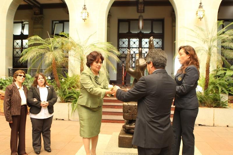 Comisionada Presidencial por la Transparencia y contra la Corrupción, Verónica Taracena Gil, cambia la Rosa de la Paz
