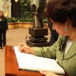 La homenajeada firma el libro de oro del Palacio Nacional de la Cultura