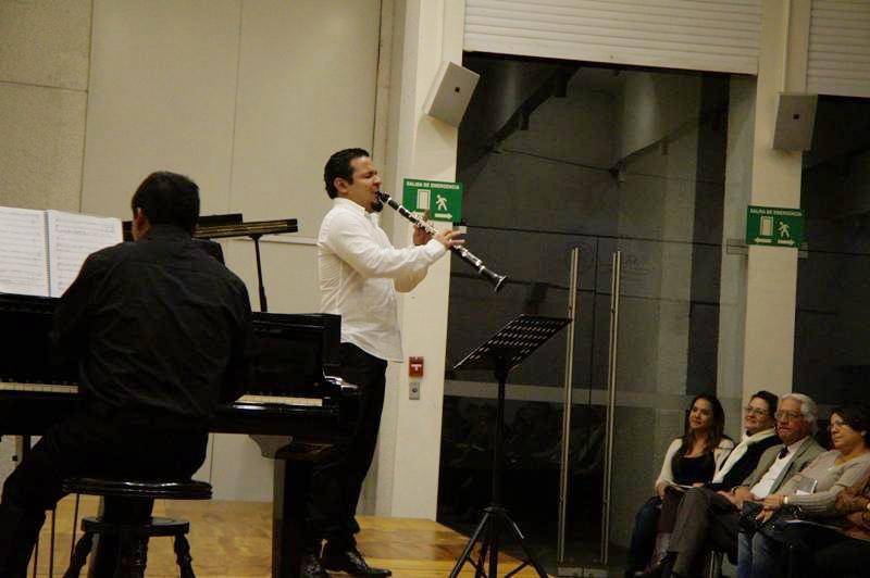 Reyes acompañado por el pianista Roberto Chamalé