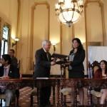 Óscar Cóbar Decano de la facultad de Ciencias Químicas y Farmacia intercambia el convenio firmado con Rosa María Chan, Viceministra de Patrimonio Cultural y Natural.