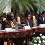 Carlos Batzin, Ministro de Cultura, junto a Gutberto Leiva, Viceministro de Educación Bilingüe Intercultural y otras autoridades en la mesa de honor.