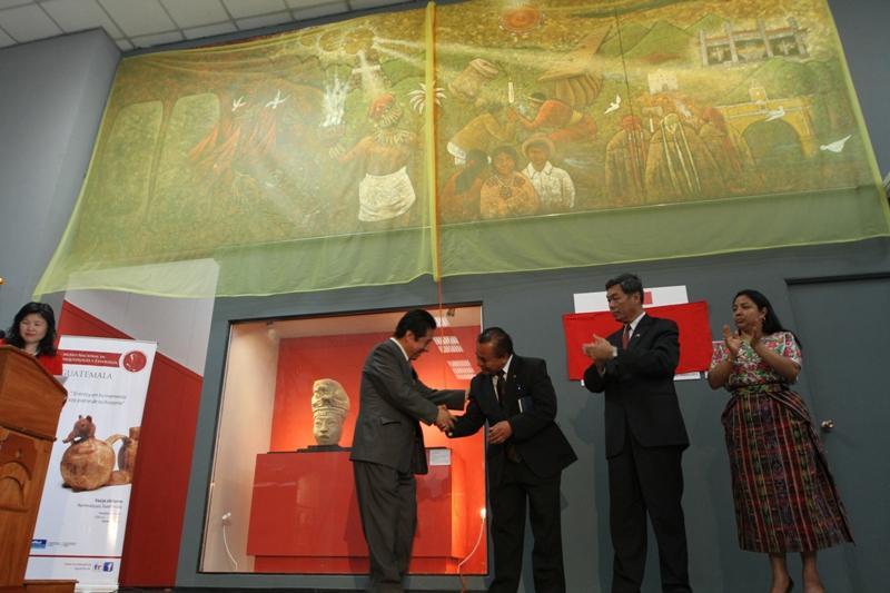 El pintor Rigoberto Chex, al momento de ser felicitado por el Ministro de Cultura y Deportes.