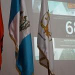 : Las banderas del IDAEH y del MCD junto con el Pabellón Nacional.