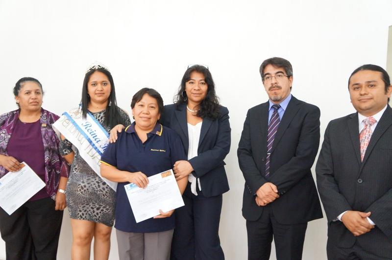 Autoridades del Viceministerio de Patrimonio Cultural y Natural y el IDAEH junto con algunas colaboradoras homenajeadas y la reina del IDAEH.