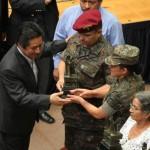 Ministro de Cultura entrega una réplica del Monumento de la Paz a la Sargento Ingrid Sánchez.
