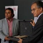 Daniel Aquino Director del MUNAE recibiendo la réplica del Códice de Madrid.