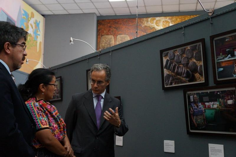 Los representantes del MCD y de la Embajada de España durante la inauguración de la exposición.