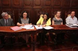 Maribel Rincón de Castro, gerente de FAZGUA y Clariza Castellanos, Viceministra de Cultura, firmaron el convenio de cooperación.