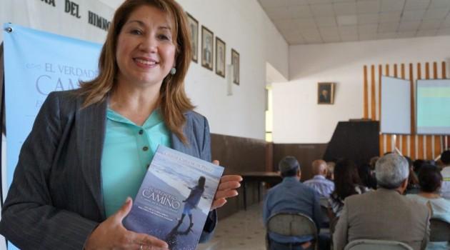 Celeste Cuéllar de Pérez presentó su primer libro.