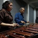 """Profesores de la AGAYC brindando una demostración del sonido de la """"Marimba de Tecomates""""."""
