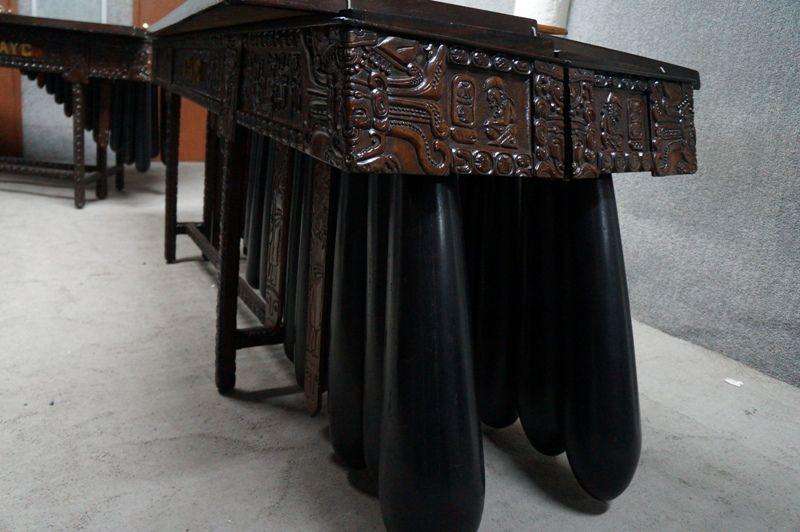 Además de los Tecomates, se puede observar los detalles en madera que posee esta marimba.