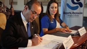 Firma del Convenio por autoridades del Viceministerio del Deporte y la Recreación y Conjuve