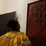 Una visitante del Palacio observa una de las obras de la exposición.
