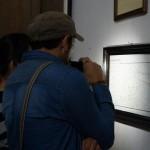 Visitantes del Museo Nacional de Historia observan un antiguo mapa de Guatemala.
