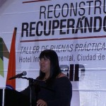 Denisse Espino del DECORBIC durante su presentación en el taller.