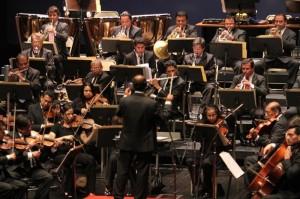 El Maestro Sergio Pacaché dirigiendo a la OSN.