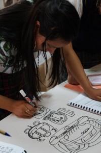 Una joven practica la escritura en Glifos.