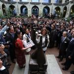 Alcaldesa de Madrid es investida con nombramiento de Mensajera de la Paz