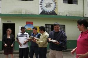 Entrega de libros de Editorial Cultura a escuela en San Juan Sacatepéquez_1730