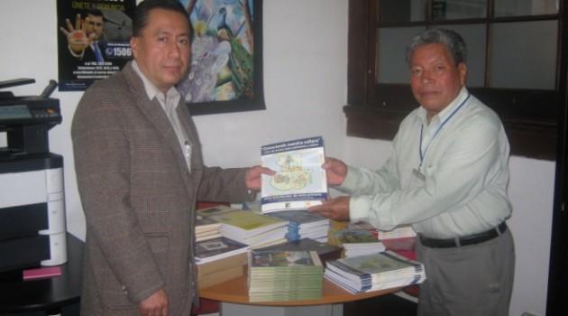 Alejandro Perez entrega libros