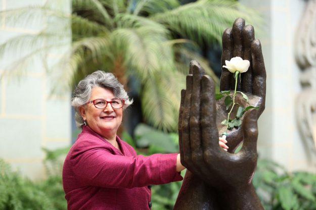 honran-con-cambio-de-la-rosa-a-educadora-guatemalteca