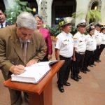 honran-con-cambio-de-la-rosa-a-educadora-guatemalteca3