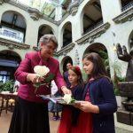 honran-con-cambio-de-la-rosa-a-educadora-guatemalteca4