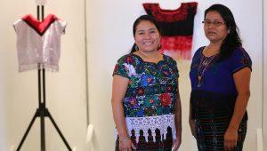 Hermanas Raymundo exponen arte en huipiles 1