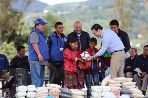 Ministro chea y presidente Morales entregan implementos en ixchiguan san marcos