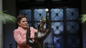 Cambio de la Rosa de la Paz a locutora Carolina Alcázar