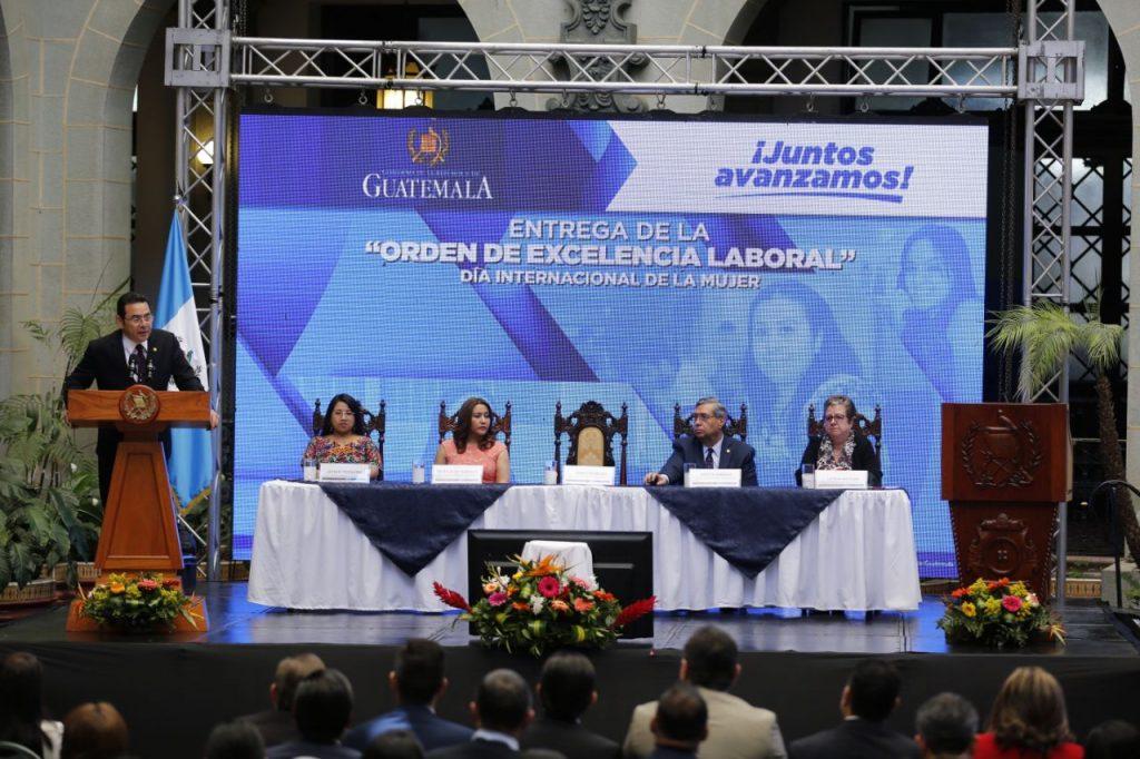 Presidente Jimmy Morales entrega Orden de Excelencia Laboral 3