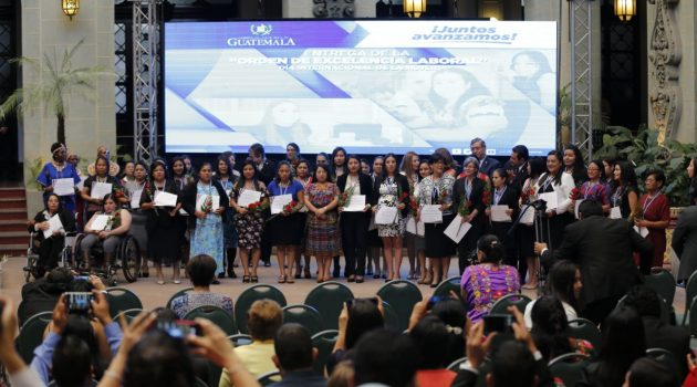 Presidente Jimmy Morales entrega Orden de Excelencia Laboral