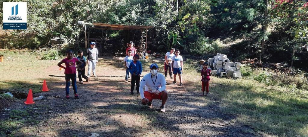 Promotores Deportivos llevan diversión a niños de Chiché